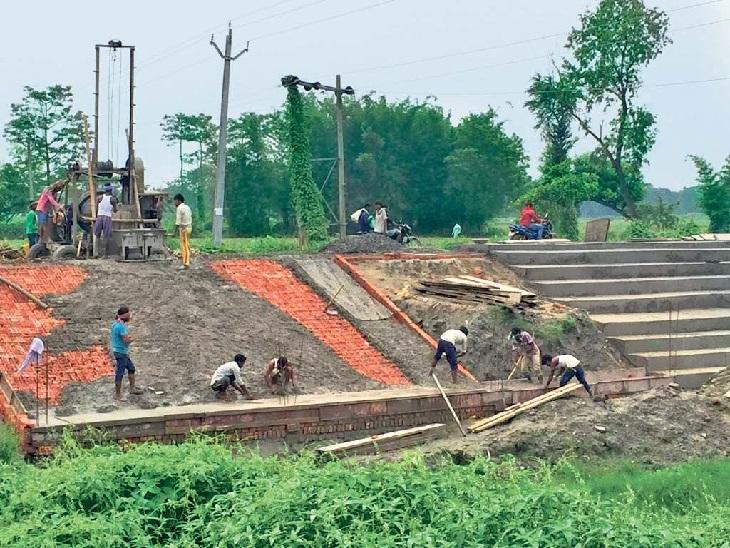 पूर्णिया के धीमा में तालाब निर्माण करते मजदूरों में ज्यादातर बाहर से लौटे हैं।