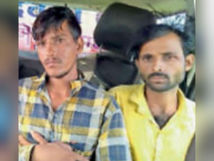 गांव के लोगों ने दो आरोपियों को पकड़कर पुलिस को सौंपा।