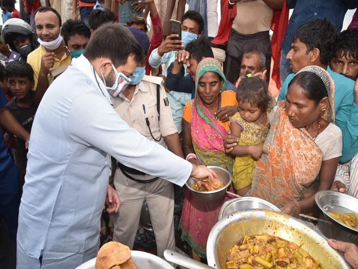 बाढ़ पीड़ितों को तेजस्वी ने भोजन बांटा, राजद का आरोप- राहत के नाम पर घोटाला कर रही है सरकार बिहार,Bihar - Dainik Bhaskar