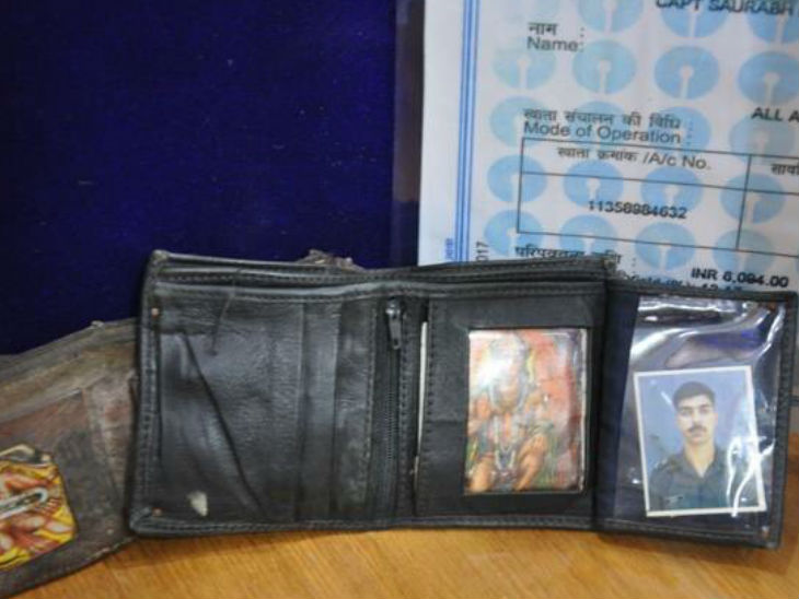 कैप्टन सौरभ कालिया का पर्स। उनको हनुमान जी बहुत पसंद थे, वे अपने साथ उनकी तस्वीर रखते थे।