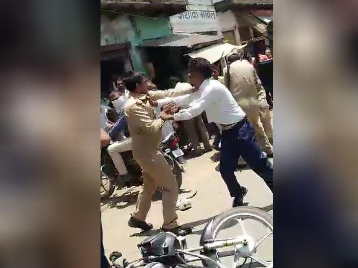 एटा में पुलिसकर्मियों की गिरेबान पकड़ भिड़ गए लकड़कट्टे, काबू करने में करनी पड़ी मशक्कत, वीडियो वायरल|उत्तरप्रदेश,Uttar Pradesh - Dainik Bhaskar
