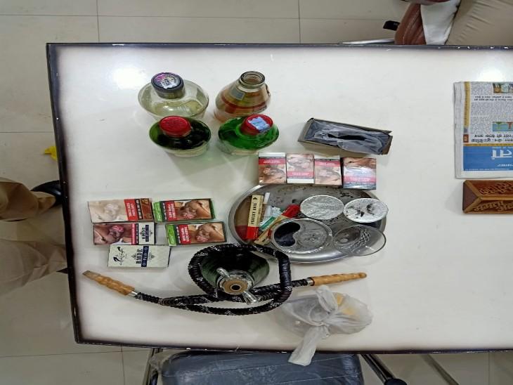 तस्वीर में दिख रहा नशे का सामान पकड़े गए पांच लोग इस्तेमाल कर रहे थे।