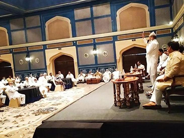मुख्यमंत्री अशोक गहलोत ने शनिवार को फेयरमोंट होटल में विधायक दल की बैठक की। यह 12 दिन में पांचवीं बैठक थी।