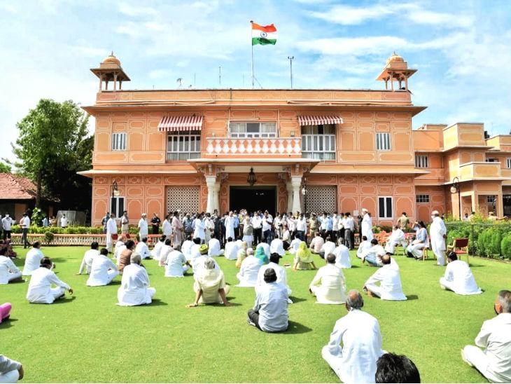 मुख्यमंत्री अशोक गहलोत और विधायकों ने शनिवार को 5 घंटे राजभवन के कैम्पस में धरना दिया।