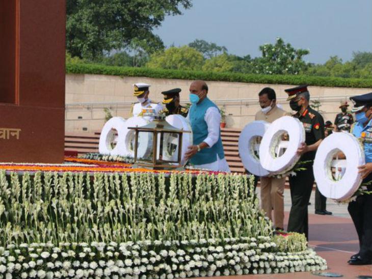 नई दिल्ली में नेशनल वॉर मेमोरियल पर करगिल के शहीदों को श्रद्धांजलि देते रक्षा मंत्री राजनाथ सिंह।