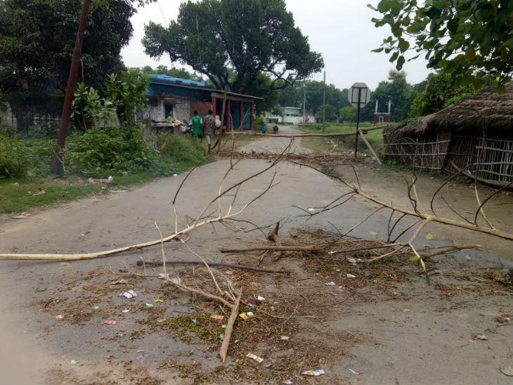 धन्नीपुर गांव में कोरोना संक्रमण रोकने के लिए रास्ता बंद कर दिया गया है, ताकि कोई बाहर से नहीं आ सके।