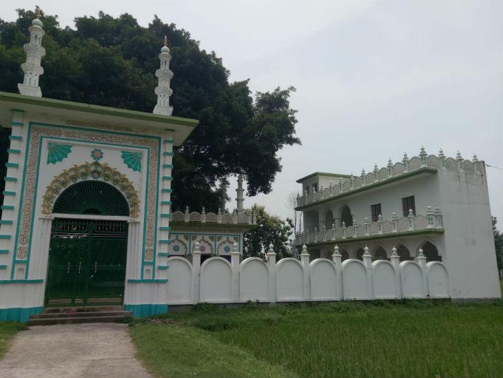 मस्जिद के लिए आवंटित जमीन से ही सटी हुई शाहगदा शाह बाबा की मजार है।