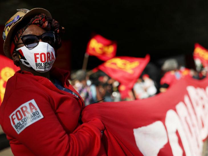 ब्राजील के साओ पाउलो में राष्ट्रपति जायर बोल्सोनारो के खिलाफ प्रदर्शन करते लोग। महामारी से निपटने के सरकार के तरीके से लोग बेहद नाराज हैं।