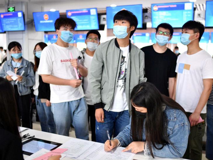 चीन के अन्हुई प्रांत में लगे जॉब फेयर में नौकरी ढूंढने पहुंचे युवा मास्क पहने नजर आए। महामारी के वजह से कई देशों में बेरोजगारी बढ़ गई है।- फाइल फोटो