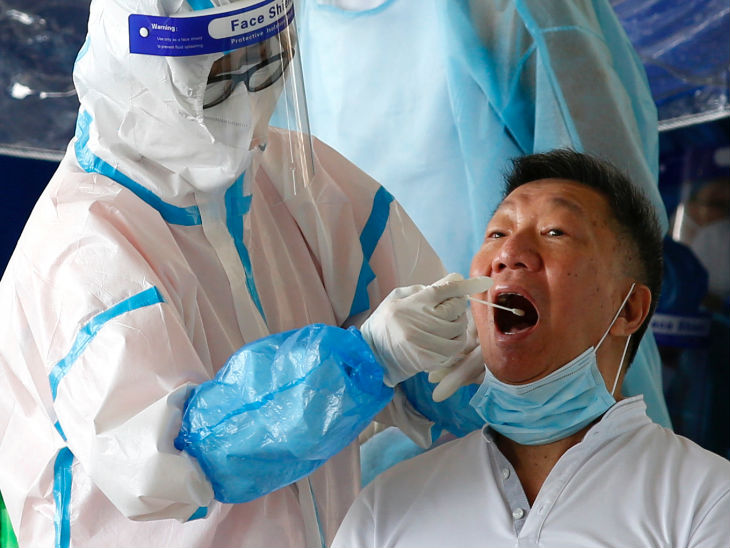 हॉन्गकॉन्ग में एक टैक्सी ड्राइवर का स्वैब सैम्पल लेता स्वास्थ्यकर्मी। यहां लगातार छह दिनों से 100 से ज्यादा मरीज सामने आ रहे हैं।