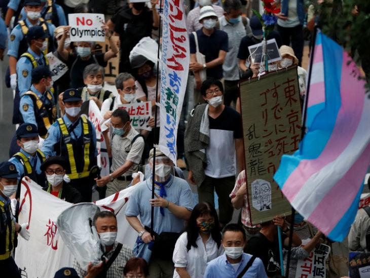 राजधानी टोक्यो में नेशनल स्टेडियम के पास लोग टोक्यो ओलंपिक का विरोध कर रहे हैं। लोगों का कहना है कि कोरोना की वजह से यह न तो तो बेहतर है।