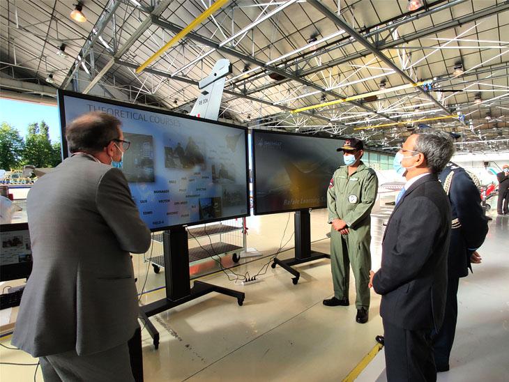 राफेल फाइटर जेट के बारे में जानकारी लेते भारतीय राजदूत जावेद अशरफ। वायुसेना ने राफेल को हैमर मिसाइल से भी लैस करवाया है।
