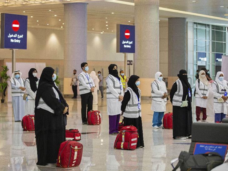 सऊदी अरब के जेद्दाह में किंग अब्दुलअजीज एयरपोर्ट पर मास्क लगाए लोग नजर आए। ये सभी मक्का की हज यात्रा के लिए निकले हैं।