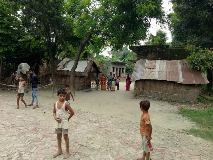 तस्वीर मुजहनिया गांव की है जहां बच्चे अपने घर के सामने खेल रहे हैं। यहीं के रामसेवक कहते हैं कि हमने कोर्ट में अपील भी की और फैसला भी हमारे पक्ष में आया, लेकिन प्रशासन नहीं सुन रहा है।