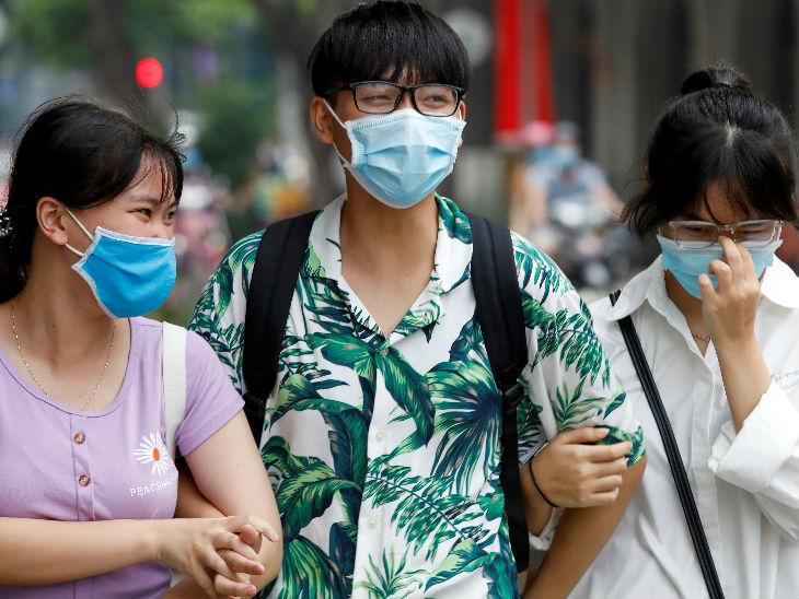 वियतनाम की राजधानी हनोई में लोग मास्क पहनकर सड़कों पर निकल रहे हैं। देश में अब तक 431 मामलों की पुष्टि हो चुकी है।