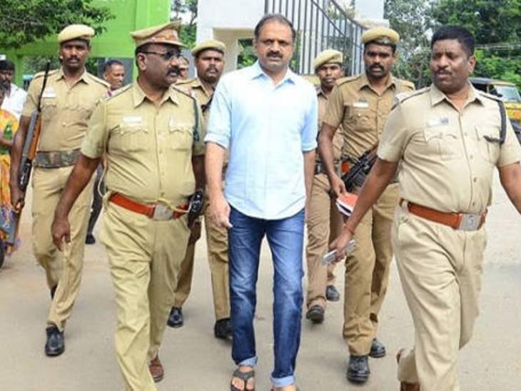 पेरारिवलन (स्काई ब्लू शर्ट में) 29 साल से चेन्नई की जेल में बंद है। राजीव गांधी हत्याकांड में उसने बैटरियां मुहैया कराई थीं। इसी का इस्तेमाल बम में किया गया था। -फाइल फोटो - Dainik Bhaskar