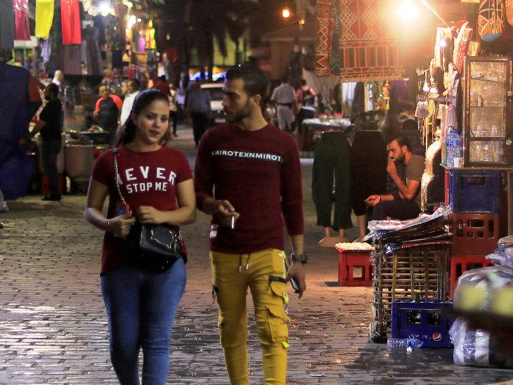 मिस्र के काहिरा में खान एल-खलीली शॉपिंग एरिया में बिना मास्क लगाए खरीदारी करते कपल। मिस्र में कोरोना का प्रकोप धीरे-धीरे घट रहा है।