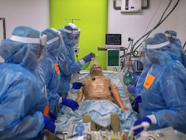 इजराइल में हाफिया शहर के एक हॉस्पिटल में वेंटिलेटर मशीन को चलाने के ट्रेनिंग लेते मेडिकल वर्कर्स। यहां संक्रमण तेजी से बढ़ रहा है।