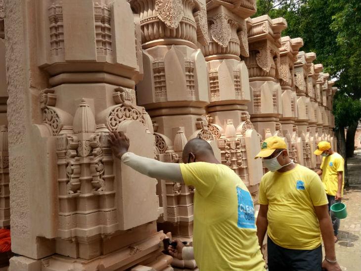राममंदिर कार्यशाला में अभी पत्थरों को साफ करने का काम चल रहा है, इसके लिए दिल्ली की एक कंपनी से वर्कर आए हुए हैं।