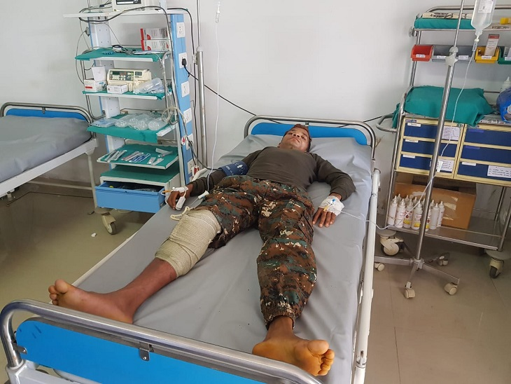 फायरिंग में डीआरजी जवान लक्ष्मण बेड़जा के दाएं पैर में गोली लग गई और वह घायल हो गया। जवान को सीआरपीएफ के बासागुड़ा स्थित यूनिट अस्पताल से प्राथमिक उपचार के बाद जगदलपुर मेडिकल कॉलेज रेफर किया गया है।