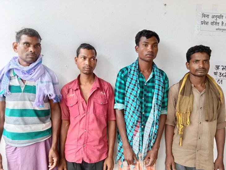 जिला बल और डीआरजी की टीम ने टुंगेली के जंगल से शहीदी सप्ताह का बैनर लगाते चार नक्सलियों को गिरफ्तार किया है।