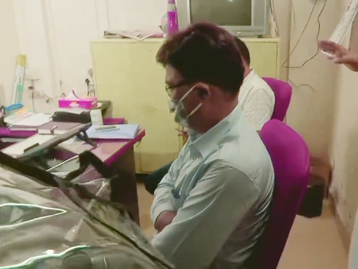 पटना पुलिस की टीम मुंबई क्राइम ब्रांच के ऑफिस से सुशांत की मौत से जुड़ी जानकारी ले रही है।