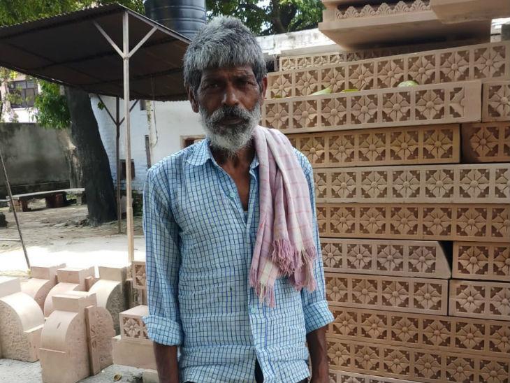 मिर्जापुर के रहने वाले झांगुर यहां 2001 से काम कर रहे हैं, उन्हें रोजाना 300 रुपए के हिसाब से महीने का 9 हजार रुपये मिलता है।