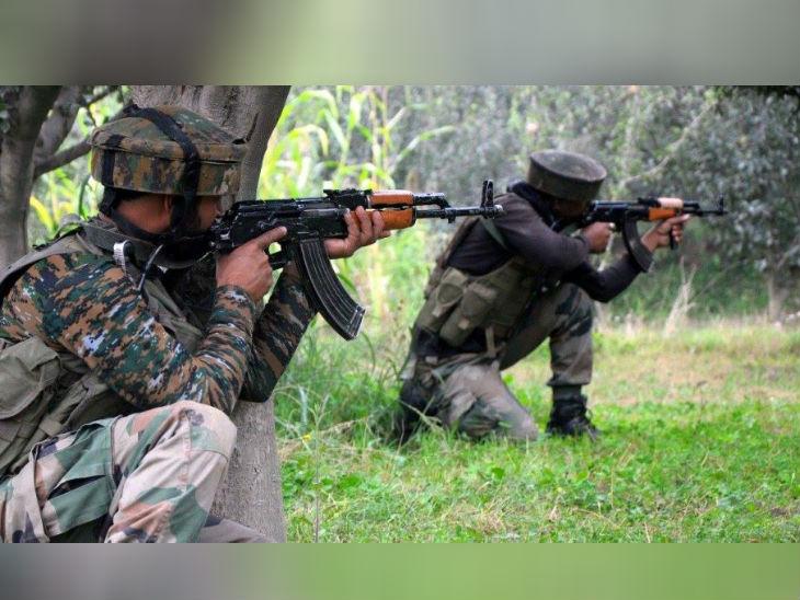 इंटेलिजेंस की रिपोर्ट के मुताबिक, 300 से अधिक आतंकवादी सीमा पार से भारत में घुसपैठ की फिराक में हैं, लेकिन इंडियन आर्मी और बीएसएफ की मुस्तैदी के कारण उन्हें मुश्किलों का सामना करना पड़ रहा है।