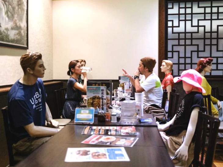 टोक्यो के रेस्तरां में ग्राहकों के बीच मॉडल कस्टमर बैठाए गए ताकि उन्हें अकेलेपन का अहसास न हो और फैमिली मेम्बर्स जैसे लगें लाइफ & साइंस,Happy Life - Dainik Bhaskar