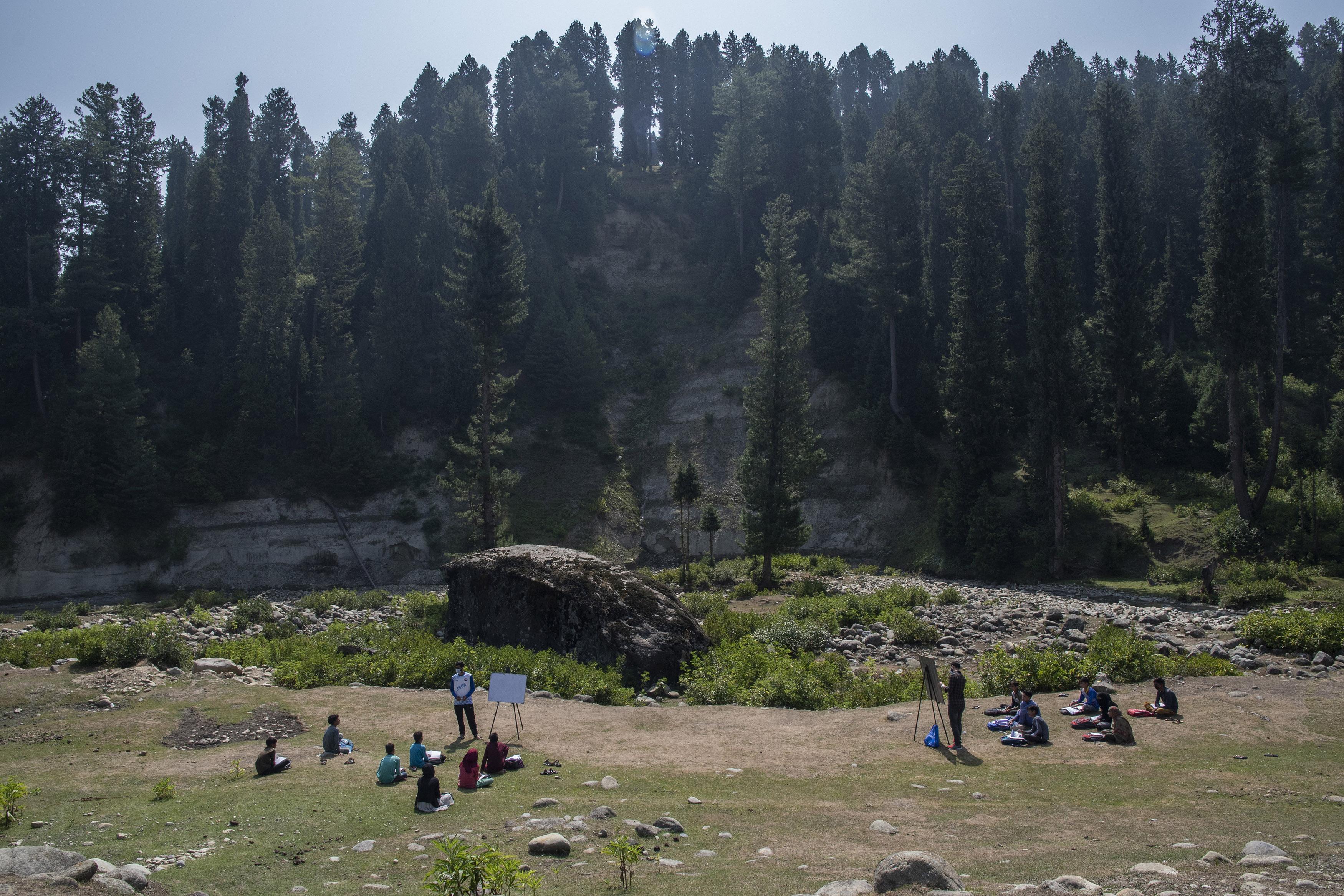 कश्मीर के सुदूरवर्ती गांवों में इस तरह संचालित हो रहे हैं ओपन एयर कम्युनिटी स्कूल। फोटो: आबिद बट