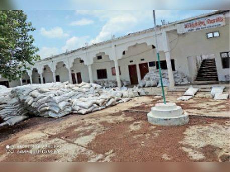 इटावा के स्कूल में रखा 3000 क्विंटल गेहूं हो रहा खराब नागदा,Nagda - Dainik Bhaskar