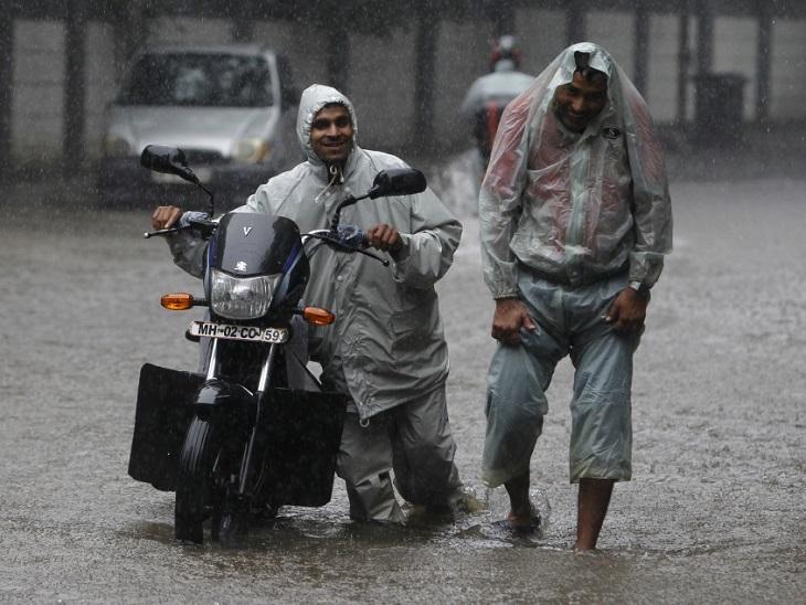 motorcycle safety in monsoon ; bike safety in monsoon ; monsoon ; baarish ka mausam ; Bike ; Car ; Rainy season ; In the rain, the damage can be caused by parking the car in the open, you can also keep your two-wheeler safe and correct by adopting these simple tips in this season. | बारिश में गाड़ी को खुले में पार्क करने से हो सकता है नुकसान, इस मौसम में ये आसान टिप्स अपनाकर आप भी अपनी टू-व्हीलर को रख सकते हैं सुरक्षित और सही