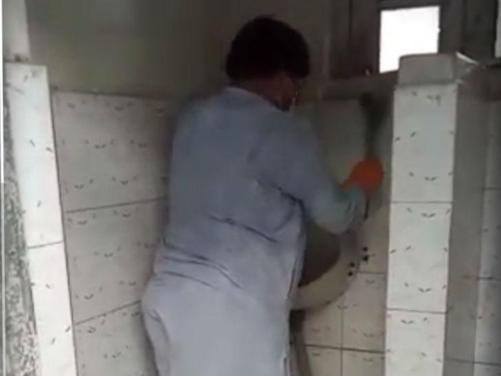 ऊर्जा मंत्री प्रद्युम्न सिंह तोमर ने ग्वालियर के मोती महल में शौचालय साफ किया, कहा- हमें इसमें शर्म या संकोच नहीं करना चाहिए मध्य प्रदेश,Madhya Pradesh - Dainik Bhaskar