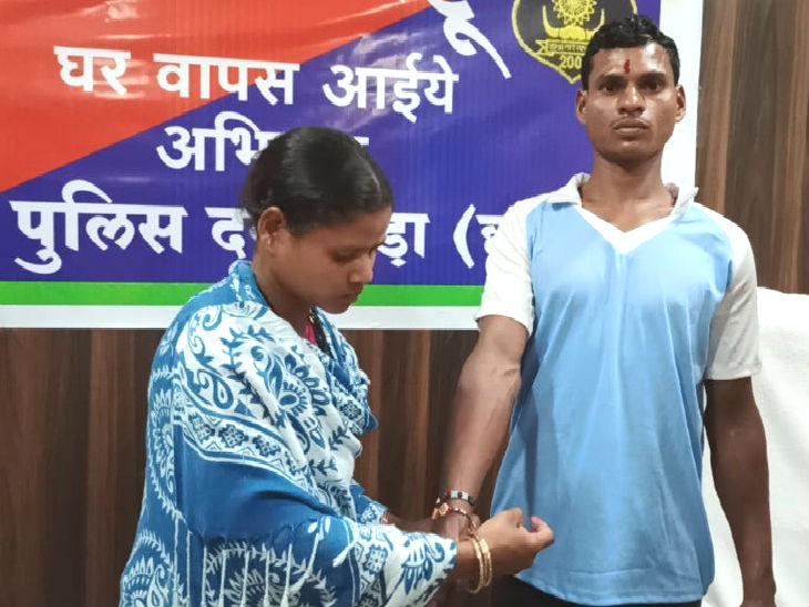 भाई मल्ला को थाने में राखी बांधती बहन लिंगे। मल्ला को उसका चाचा 10 साल की उम्र में घर से ले गया था और उसे हथियार थमा दिए थे। - Dainik Bhaskar