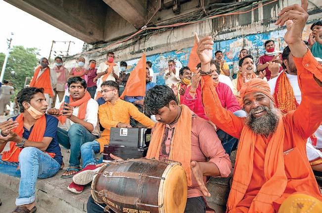 सरयू के तट पर रामभक्तों का कीर्तन। अयोध्या में साधु-संत और राम भक्त उल्लास में सराबोर हैं।