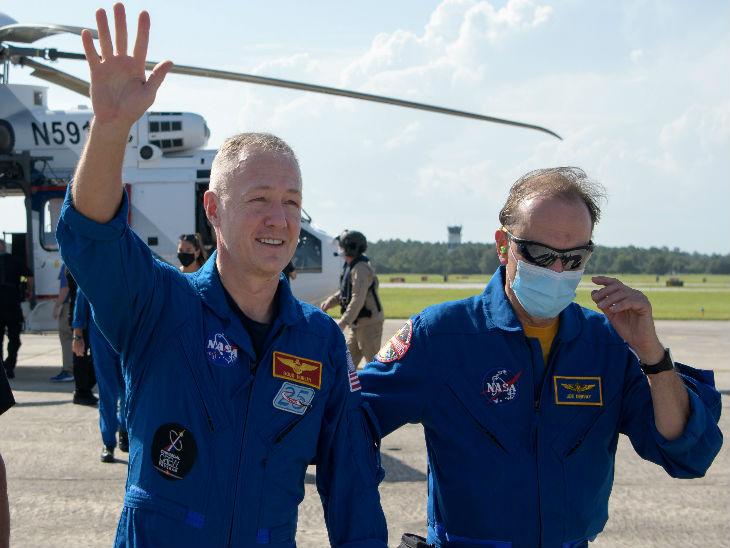 अंतरिक्ष से वापस लौटने के बाद एस्ट्रोनॉट डगहस हर्ले ने हाथ हिलाकर खुशी का इजहार किया। उनके साथ इस मिशन में शामिल रहे रॉबर्ट बेनकेन मास्क लगाए नजर आए।