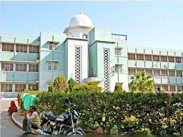 कमलाराजा अस्पताल (केआरएच) के पीडियाट्रिक वार्ड में ड्यूटी कर रहे डॉक्टरों के संक्रमित निकलने पर यहां भर्ती नवजात बच्चों को मैटरनिटी वार्ड में शिफ्ट किया गया है।
