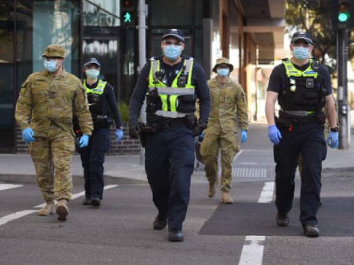 ऑस्ट्रेलिया के मेलबर्न शहर में रविवार को गश्त पर निकले पुलिसकर्मी। यहां मामले बढ़ने के बाद पाबंदियां सख्त कर दी गई हैं।