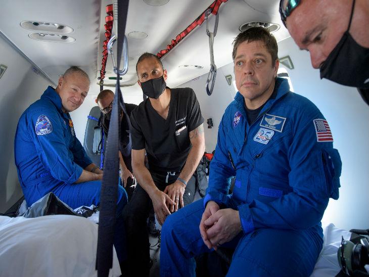 दोनों एस्ट्रोनॉट्स को एक हेलिकॉप्टर के जरिए नासा के केंद्र ले जाया गया। अभी कुछ दिनों तक इन्हें प्रोटोकॉल के तहत मेडिकल ऑब्जर्वेशन में रखा जाएगा।