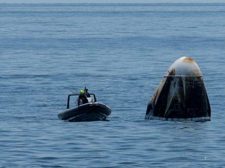 कुछ इस तरह से कैप्सूल के करीब पहुंची नासा की टीम। पूरी पड़ताल के बाद स्पेसक्राफ्ट को बाहर निकालने का काम शुरू हुआ।