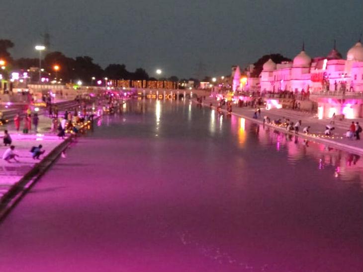फोटो राम की पैड़ी का है, जहां रंगीन लाइटों की जगमगाहट सरयू के पानी पर पड़ रही है।