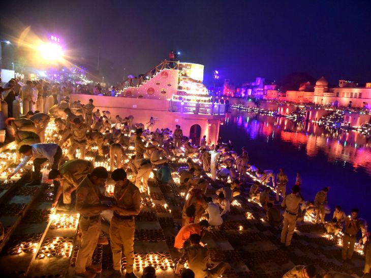 राम की पैड़ी पर दीपोत्सव मनाने सैकड़ों लोग पहुंचे।