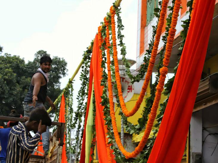 साकेत महाविद्यालय से राम जन्मभूमि तक सड़क को फूलों से सजाया गया।