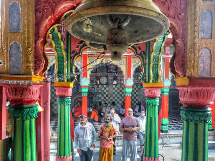 हनुमानगढ़ी में दर्शन पूजन के पहुंचे लोग।