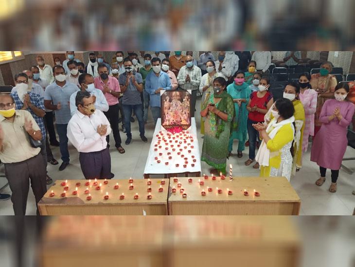 पानीपत के एसडी कॉलेज में दीये जलाकर जश्न मनाया गया। इस दौरान कॉलेज के प्राचार्य अनुपम अरोड़ा व अन्य प्रोफेसर मौजूद रहे।