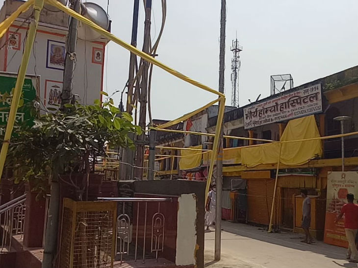 तस्वीर हनुमान गढ़ी मंदिर के पास लगे बैरिकेडिंग वाली जगह की है। आज के कार्यक्रम के चलते इसे हटा दिया गया है।