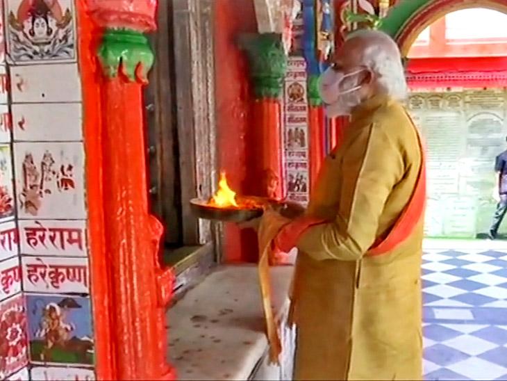 प्रधानमंत्री मोदी ने शिलान्यास से पहले हनुमान गढ़ी में पूजा-आरती की।