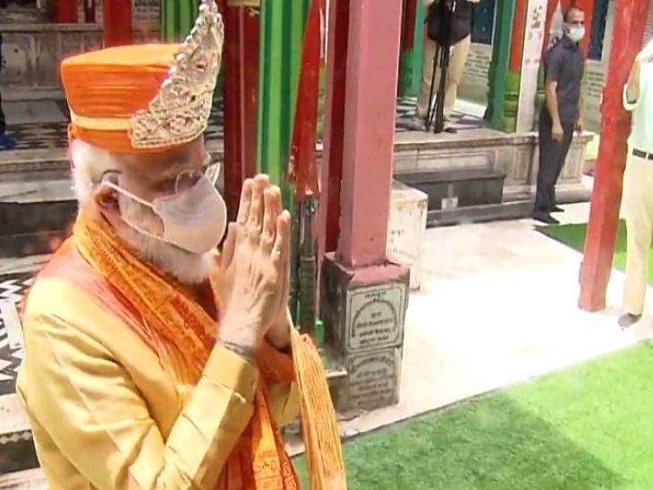 हनुमान गढ़ी में प्रधानमंत्री मोदी का अभिवादन चांदी का मुकुट पहनाकर किया गया।