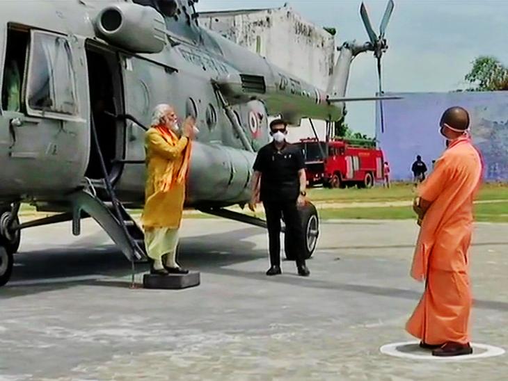 अयोध्या पहुंचने पर प्रधानमंत्री मोदी का हेलिपेड पर सीएम योगी ने अभिवादन किया।