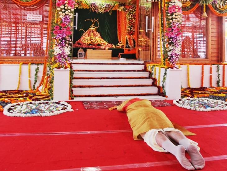 हनुमान गढ़ी में पूजा के बाद मोदी जब राम जन्मभूमि पहुंचे तो सबसे पहले रामलला के दर्शन किए। इसके बाद रामलला को साष्टांग प्रणाम किया। मुख्यमंत्री योगी आदित्यनाथ के साथ वे मंदिर के भूमि पूजन स्थल पर पहुंचे। वहां राष्ट्रीय स्वयंसेवक संघ के प्रमुख मोहन भागवत और बाकी अतिथि पहले से मौजूद थे। 17 लोगों के लिए बैठक व्यवस्था भी तय थी।